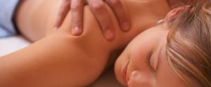 haciendo un masaje